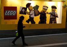 Una mujer camina junto a una ventana que tiene un anuncio de Lego, en una tienda Saga Falabella, en Lima, 27 de agosto de 2014. El fabricante danés de juguetes LEGO invertirá 800 millones de dólares en una nueva planta en el norte de México, buscando satisfacer la creciente demanda de sus productos, dijo el miércoles un funcionario del Gobierno. REUTERS/Mariana Bazo