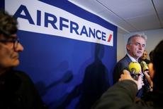 Selon le PDG d'Air France, Frédéric Gagey, la compagnie aérienne a vu ses performances s'améliorer cet été mais sa restructuration reste nécessaire pour atteindre ses objectifs à moyen terme. /Photo prise le 22 octobre 2015/REUTERS/Christian Hartmann