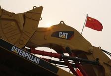 Una excavadora de Caterpillar en una exposición minera en Pekín, China, 22 de octubre de 2013. Caterpillar Inc reportó el jueves una caída de sus ganancias trimestrales, redujo su pronóstico de utilidades para 2015 y advirtió que sus ingresos caerían en 2016, afectada por un menor crecimiento económico en China y una recesión en Brasil. CATERPILLAR/CHINA/ REUTERS/Kim Kyung-Hoon