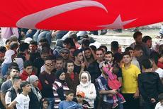 Толпа мигрантов, в основном из Сирии, на автобусной станции в Стамбуле. 17 сентября 2015 года. Существуют явные признаки новой волны беженцев из Сирии вследствие обострения военной обстановки в провинции Алеппо, сказал в четверг президент Турции Реджеп Тайип Эрдоган. REUTERS/Murad Sezer