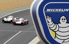 Michelin a annoncé jeudi une progression de 8,7% de son chiffre d'affaires au troisième trimestre, encore marqué par un effet mix-prix négatif lié à une concurrence féroce sur les marchés des pneumatiques en Asie. /Photo prise le 24 juin 2015/REUTERS/Régis Duvignau        - RTX1GEWU