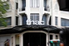 Groupe Fnac s'est déclaré jeudi prudent sur l'environnement de consommation au quatrième trimestre compte tenu des conditions macroéconomiques, tout en se montrant confiant dans sa capacité à poursuivre ses gains de parts de marché grâce à son plan stratégique Fnac 2015. Le distributeur de biens culturels et d'électronique a confirmé son objectif de 30 à 40 millions d'euros d'économies de coûts cette année. /Photo d'archives/REUTERS/Charles Platiau