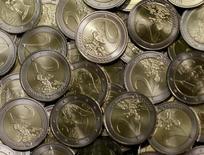 Монеты 2 евро в штаб-квартире австрийского монетного двора в Вене. 20 июня 2013 года. Курс евро к доллару снизился до двухмесячного минимума, поскольку Европейский центробанк намекнул на возможность дополнительных стимулов в декабре. REUTERS/Leonhard Foeger