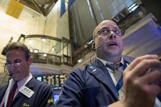 Трейдеры на фондовой бирже в Нью-Йорке. 22 октября 2015 года. Американский фондовый индекс S&P 500 завершил торги четверга на двухмесячном пике благодаря неожиданно высоким квартальным результатам нескольких крупных компаний. REUTERS/Brendan McDermid