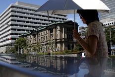 La Banque du Japon va revoir en baisse ses prévisions de croissance et d'inflation pour l'exercice fiscal en cours lors de sa réunion de politique monétaire de la semaine prochaine mais elle ne devrait abaisser que très légèrement celles de l'an prochain, selon des sources.  /Photo prise le 15 juillet 2015/REUTERS/Yuya Shino
