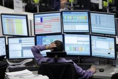Трейдер на фондовой бирже во Франкфурте-на-Майне. 5 июня 2012 года. Европейские фондовые рынки растут за счет ожиданий новых стимулирующих мер Европейского центробанка. REUTERS/Alex Domanski
