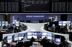 Les Bourses européennes ont encore ouvert en hausse vendredi, prolongeant leur hausse de la veille déclenchée par la perspective d'un nouvel assouplissement monétaire de la Banque centrale européenne dès le mois de décembre. À Paris, le CAC 40 prend 1,22%vers 09h30 et à Francfort, le DAX gagne 1,3%. /Photo prise le 23 octobre 2015/REUTERS/Staff/remote