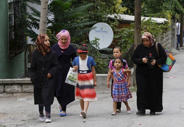 Syrian refugees stroll on a street of a low-income neighborhood in Ankara, Turkey, September 29, 2015. REUTERS/Umit Bektas