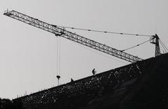 Personas trabajando en lo alto de una construcción, en Jinning, China, 20 de octubre de 2015. Los precios de las casas en China aumentaron por quinto mes consecutivo en septiembre, lo que sugiere una leve recuperación en el mercado de la vivienda que aliviará un poco de presión sobre la economía en dificultades. REUTERS/Wong Campion