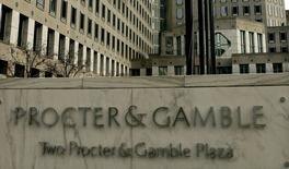 Procter & Gamble fait état d'un recul de 12% de son chiffre d'affaires sur la période juillet-septembre, son septième trimestre consécutif de baisse, conséquence de la dégradation de la demande et de la vigueur du dollar. Le bénéfice net du groupe américain de produits de grande consommation a lui augmenté à 2,60 milliards de dollars contre 1,99 milliard (69 cents/action) un an auparavant. /Photo d'archives/REUTERS/John Sommers II