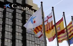 Caixabank fait état d'un bénéfice au troisième trimestre inférieur aux attentes. Le numéro trois du secteur bancaire en Espagne a dégagé un bénéfice net de 288 millions d'euros, en hausse de 26% mais inférieur aux 307 millions attendus en moyenne par les analystes interrogés par Reuters. /Photo prise le 29 janvier 2015/REUTERS/Gustau Nacarino