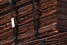 Cátodos de cobre en la mina de Chuquicamata en el norte de Chile 1 de abril de 2011. El cobre y otros metales básicos subían el viernes ante la posibilidad de que el Banco Central Europeo adopte nuevas medidas de estímulo, así como por noticias de recortes de producción y datos más alentadores de China. REUTERS/Ivan Alvarado