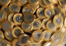 Monedas de real brasileño, vistas en esta fotografía ilustrativa tomada en Río de Janeiro, 15 de octubre de 2010. El Gobierno federal de Brasil recaudó 95.239 millones de reales en impuestos y contribuciones en septiembre, una caída real del 4,12 por ciento frente al mismo mes de 2014, dijo el viernes la oficina impositiva. REUTERS/Bruno Domingos
