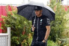 Piloto britânico Lewis Hamilton, da Mercedes, chega para sessão de treinos no Circuito das Américas em Austin, nos Estados Unidos. 23/10/2015 REUTERS/Action Images/Hoch Zwei