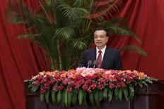 China nunca dijo que la economía nacional debiera crecer un siete por ciento este año, dijo el primer ministro chino, Li Keqiang, en unas declaraciones que ha difundido el Gobierno y que llegan antes de un crucial encuentro esta semana que marcará los objetivos sociales y económicos de los próximos cinco años. En la imagen de archivo, Li ofrece un discurso en el Gran Salón del Pueblo de Pekín. REUTERS/Jason Lee
