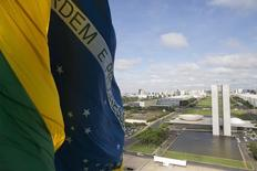La bandera de Brasil, con en el Congreso Nacional en el fondo, 19 de noviembre de 2014. La morosidad de los créditos en Brasil podría alcanzar máximos a fines del próximo año, generando un constante declive en las ganancias que podría extenderse hasta principios del 2018, dijeron el lunes analistas de Goldman Sachs Group Inc. REUTERS / Ueslei Marcelino
