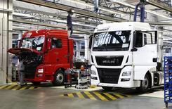 Le constructeur de camions MAN, filiale de Volkswagen, a publié mardi des résultats trimestriels en hausse, soutenus par une solide demande en Europe et par de moindres coûts de restructuration. /Photo pris ele 30 juillet 2015/REUTERS/Michaela Rehle