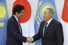 Kazakhstan's President Nursultan Nazarbayev (R) and Japan's Prime Minister Shinzo Abe shake hands during their meeting at the Akorda presidential residence in Astana, Kazakhstan, October 27, 2015. REUTERS/Mukhtar Kholdorbekov