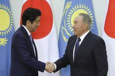 Kazakhstan's President Nursultan Nazarbayev (R) and Japan's Prime Minister Shinzo Abe shake hands during their meeting at the Akorda presidential residence in Astana, Kazakhstan, October 27, 2015. REUTERS/Mukhtar Kholdorbekov