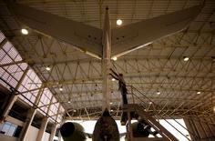 Funcionário trabalhando em aeronave em São José dos Campos, São Paulo.   29/09/2015   REUTERS/Roosevelt Cassio