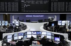 Operadores trabajando en la Bolsa de Fráncfort, Alemania, 23 de octubre de 2015. Las bolsas europeas cedían el martes, arrastradas por un declive de las acciones de BASF y Novartis después de que ambas compañías reportaron unos resultados débiles. REUTERS/Staff/remote
