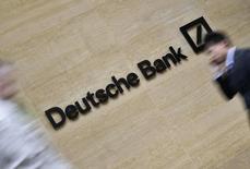 Люди у центрального офиса Deutsche Bank в лондонском Сити. 19 мая 2015 года. Deutsche Bank думает о сокращении розничной сети в Италии посредством продажи отделений и увольнения сотрудников, так как новый руководитель банка реформирует его, чтобы угнаться за конкурентами, сообщили источники, знакомые с ситуацией. REUTERS/Toby Melville