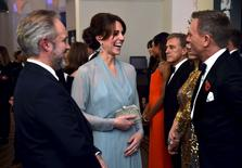 "Duquesa de Cambridge, Kate Middleton, com membros do elenco do novo filme ""Spectre"", em Londres.    26/10/2015     REUTERS/Alan Davidson/Pool"