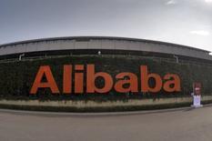 El logo de Alibaba Group fotografiado en su sede en Hangzhou, China, 14 de octubre de 2015. La gigante china del comercio en internet Alibaba Group reportó el martes un aumento del 32 por ciento en sus ventas en el segundo trimestre, superando las estimaciones de los analistas, pese a que el valor de los productos comercializados en sus plataformas creció a un menor ritmo. REUTERS/Stringer CHINA OUT