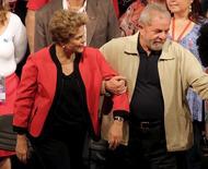 Presidente Dilma Rousseff (E) participa ao lado do ex-presidente Luiz Inácio Lula da Silva de evento da CUT em São Paulo. 13/10/2015 REUTERS/Nacho Doce