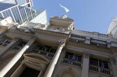 La fachada del Banco Central de Argentina visto en Buenos Aires, 16 de junio de 2014. Las tasas a las que los bancos se prestan dinero en Argentina subieron el martes unos 500 puntos básicos debido a un alza de los rendimientos de los bonos a corto plazo que licita semanalmente el Banco Central argentino, dijeron operadores. REUTERS/Enrique Marcarian