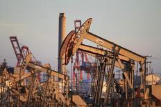 Unas unidades de bombeo de crudo operando cerca de Long Beach, EEUU, jul 30 2013. Los precios del petróleo cayeron el martes por tercera sesión seguida y alcanzaron mínimos de varias semanas, ante las expectativas de que datos de inventarios en Estados Unidos muestren otro incremento en las existencias de crudo en ese país.   REUTERS/David McNew