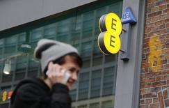 La direction britannique de la concurrence a donné mercredi son feu vert provisoire à l'achat par BT de l'opérateur mobile EE, une opération de 12,5 milliards de livres (17,3 milliards d'euros) qui donnera naissance au numéro un local du haut débit et de la téléphonie fixe et mobile. /Photo prise le 26 novembre 2014/REUTERS/Suzanne Plunkett