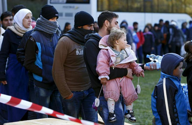 Migrants stay in a queue after arriving at the Austrian-German border in Wegscheid near Passau, Germany, October 27, 2015. REUTERS/Michaela Rehle