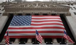 La Bourse de New York a ouvert en légère hausse mercredi avant le communiqué de la Fed à l'issue de son comité de politique monétaire et après des résultats meilleurs que prévu d'Apple. L'indice Dow Jones gagne 0,26%, à 17.627,26 points dans les premiers échanges. Le Standard & Poor's 500 progresse de 0,15% mais le Nasdaq Composite perd 0,1%. /Photo d'archives/REUTERS/Chip East