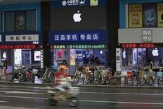 A Shenzhen, en Chine. Les chiffres de ventes d'iPhone en Chine publiés par Apple pourraient bien démentir les inquiétudes de certains investisseurs sur la capacité du groupe à poursuivre sa croissance sur le marché chinois. Les ventes du géant américain de l'électronique dans l'ensemble Chine-Hong Kong-Taiwan ont pratiquement doublé au troisième trimestre à 12,52 milliards de dollars, et elles ont représenté près du quart du chiffre d'affaires global du groupe. /Photo prise le 21 septembre 2015/REUTERS/Staff