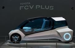 El vehículo de hidrógeno FCV PLUS de Toyota en el salón automotriz de Tokio, oct 28, 2015. Las dos potencias automotrices de Asia, Japón y China, están luchando por la supremacía en la forma en que los autos eléctricos del futuro deberían generar su energía: con baterías o mediante pilas de combustible de hidrógeno.  REUTERS/Yuya Shino