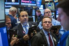 La Bourse de New York a fini en hausse de plus 1% mercredi, portée notamment par la bonne tenue d'un compartiment financier dopé par les déclarations de la Réserve fédérale faisant explicitement référence à une possible hausse des taux d'intérêt en décembre. /Photo prise le 28 octobre 2015/REUTERS/Lucas Jackson