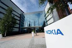 Le finlandais Nokia, numéro trois mondial des équipements de réseaux télécoms, a annoncé jeudi le versement d'un dividende exceptionnel à la suite de résultats meilleurs que prévu et il a en outre avancé d'un an son objectif de synergies dans l'optique du rachat d'Alcatel-Lucent /Photo prise le 28 juillet 2015/REUTERS/Mikko Stig/Lethikuva