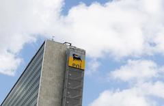 La compagnie pétrolière italienne Eni a publié jeudi une perte nette au titre du troisième trimestre, en raison de la baisse des cours du pétrole et de la mauvaise performance de sa filiale de services pétroliers Saipem. /Photo prise le 23 septembre 2015/REUTERS/Alessandro Bianchi