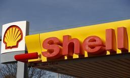 El logo de Shell en una de sus gasolineras en Zúrich, 8 de abril de 2015. Royal Dutch Shell reportó el jueves una fuerte caída en sus ganancias del tercer trimestre debido a los bajos precios del petróleo y un cargo de 8.200 millones de dólares que incluye amortizaciones en Alaska y Canadá.  REUTERS/Arnd Wiegmann