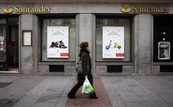 Женщина проходит мимо отделения банка Santander в Мадриде. 3 февраля 2015 года. Ослабление бразильского реала и других валют Латинской Америки сказалось на квартальной прибыли банка Santander, сообщил крупнейший банк еврозоны в четверг. REUTERS/Andrea Comas