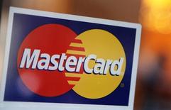 El logo de MasterCard visto en la puerta de un restaurante en Nueva York, 3 de febrero de 2010. El operador de tarjetas de crédito MasterCard reportó el jueves ganancias trimestrales superiores a las proyecciones del mercado, gracias a un aumento del 13 por ciento en el valor de las transacciones procesadas. REUTERS/Shannon Stapleton