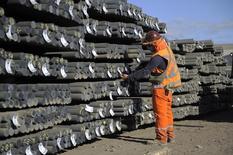 Un trabajador revisa un cargamento en una fábrica acerera en Concepción, Chile, 25 de diciembre de 2014. La producción de manufacturas en Chile sorprendió con un alza del 1,8 por ciento en septiembre, en la mayor variación del año y que contrasta con la baja que esperaba el mercado ante una débil actividad económica, reveló el jueves una agencia gubernamental. REUTERS/Jose Luis Saavedra