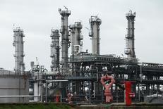 Le secteur pétrolier s'enfonce progressivement dans le rouge après des années de bénéfices imposants, un retournement de situation qui s'explique par la chute des cours pétroliers, sans grand espoir que ceux-ci se redressent spectaculairement. Sur 10 des 20 premières compagnies pétrolières nord-américaines et européennes qui ont publié leurs comptes du troisième trimestre, sept se sont retrouvées déficitaires. /Photo prise le 21 octobre 2015/REUTERS/Heinz-Peter Bader