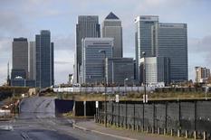 Imagen de archivo del distrito financiero de Canary Wharf en Londres, nov 12, 2014. La nota de deuda de Gran Bretaña podría ser rebajada en hasta dos escalones si abandona la Unión Europea, dijo el jueves a Reuters un importante analista de la agencia Standard & Poor's.  REUTERS/Suzanne Plunkett