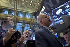 Трейдеры на фондовой бирже в Нью-Йорке. 29 октября 2015 года. Фондовые рынки США снизились в четверг на фоне слабых квартальных отчетов нескольких технологических компаний и вероятности повышения процентных ставок ФРС в декабре. REUTERS/Brendan McDermid