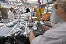 Les prix à la production sur le marché français ont été stables en septembre après avoir reculé de 1,0% en août, selon les données publiées vendredi par l'Insee. Sur un an, ils s'affichent en repli de 2,1%. /Photo d'archives/REUTERS/Srdjan Zivulovic
