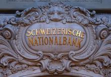 La Banque nationale suisse a fait état d'une perte de 33,9 milliards de francs suisses (31,2 milliards d'euros) sur les neuf premiers mois de l'année, les profits réalisés au troisième trimestre permettant de réduire la perte record accusée sur les six premiers de l'année. L'affaiblissement du franc suisse au troisième trimestre a ainsi contribué au résultat bénéficiaire de 16,2 milliards de francs sur la période. /Photo prise le 15 janvier 2015/REUTERS/Thomas Hodel