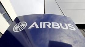 El logo de Airbus en la sede de la compañía en Toulouse, 4 de diciembre de 2014. Airbus Group reportó un aumento de un 12 por ciento en su ganancia operativa antes de ítemes excepcionales a 921 millones de euros (1.010 millones de dólares) en el tercer trimestre y confirmó un aumento en la producción de su avión de pasajeros A320 a 60 aeronaves al mes a partir del 2019. REUTERS/ Regis Duvignau/Files