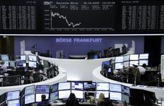 Les Bourses européennes étaient légèrement dans le rouge vendredi vers la mi-séance après avoir passé une bonne partie de la matinée en territoire positif, les résultats d'entreprises jugés décevants prenant apparemment le pas sur ceux qui ont été bien accueillis. À Paris, le CAC 40 perd 0,27% à 4.872,81 points vers 11h50 GMT. Francfort cède 0,32% et Londres 0,36%. L'EuroStoxx 50 de la zone euro recule de 0,39% et l'indice paneuropéen FTSEurofirst 300 de 0,3%. /Photo prise le 30 octobre 2015/REUTERS/Staff/remote